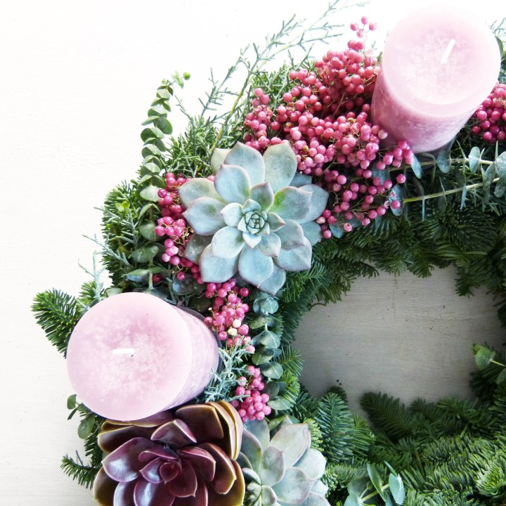 DIY Adventskranz mit rosa Pfeffer undSukkulenten